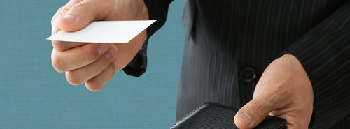 入場登録の方法 名刺を渡すイメージ